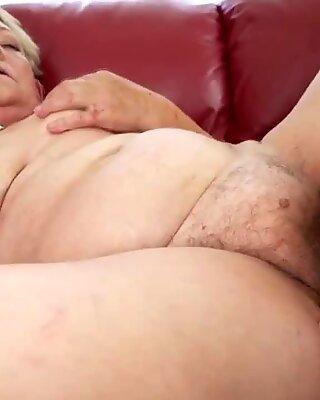 Желательная Джулия Красная ест Бабушка