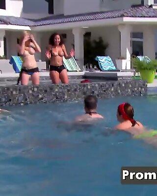 Amerikai Swinger Sexy Hölgyeim egymás mellé teszik egymást az elsőosztályban.