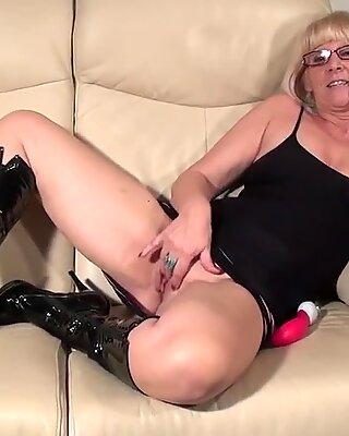 Горячий блондинки бабушка играет с ее игрушкой