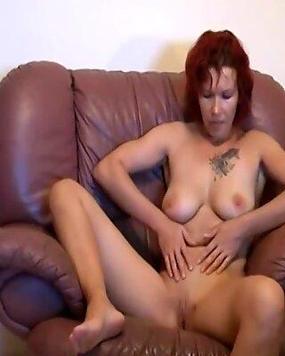 Рыжие любители Матурки Женщина сосать и трахается на диване