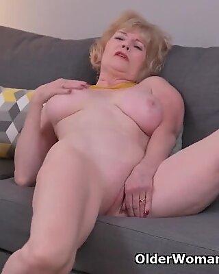 Américain Belle Grand-Mère Sindee Dix Se Déshabille Off et frotte un