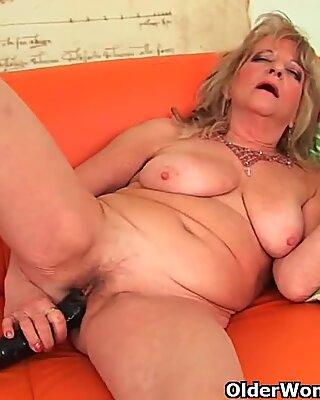Баба с големи гърди изтласква огромно дилдо вътре