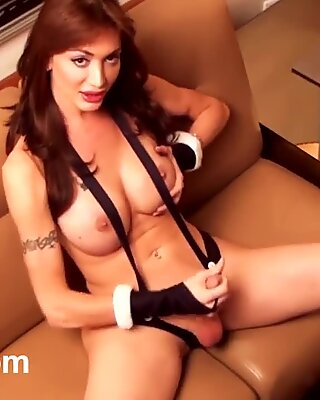 Huge cock and titty trans Mariana Cordoba strips