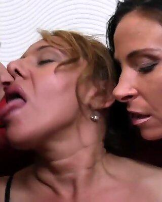 Три старые и молодые лесбиянки имеют большое веселье