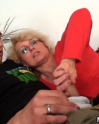 Ela encontra ele fodendo mãe inlaw