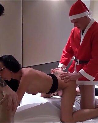 Junge Deutsche schlanke Ehefrau von Ehemann mit Vierer zu Weihnachten beschenkt