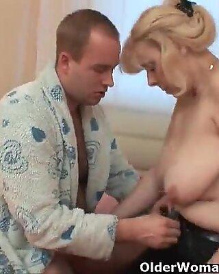 Пухлый бабушка получает Хер жопа