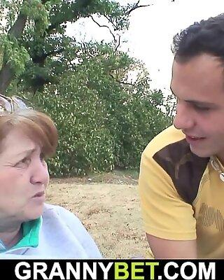 Ранени баба получава тя космати вагина здраво чуканчене