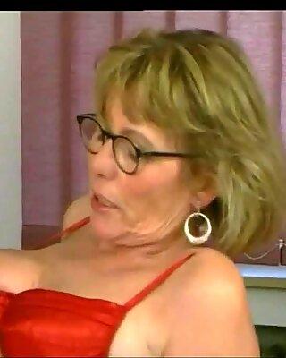 Femme Mûre Secrétaire plaît à Rouge Satin & Amp_ Les Bas