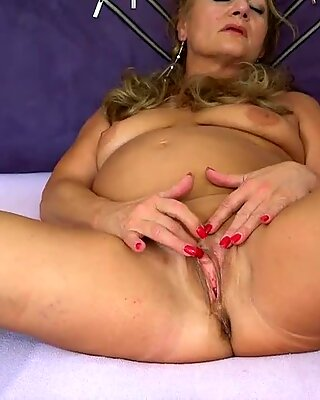 Oldnanny Matang melakukan striptis dan melancap pussy