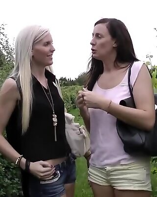На каблуке Британское лесбиянк Pussylicked перед БЖ