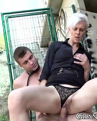 Бабушка госпожа Мудья перед Женщиной Сверху