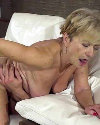 Сексуальная бабуля наслаждается Super Ebly Sex