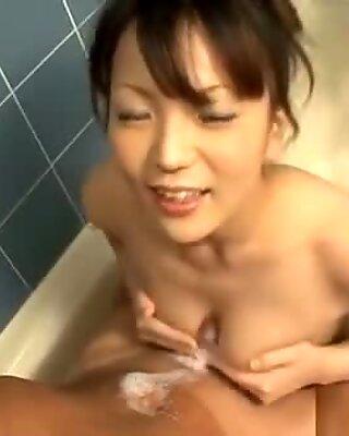 Послушное японское обслуживает несколько голодных донгов