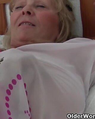 奶奶与大乳房通过摄影师获得手指性交
