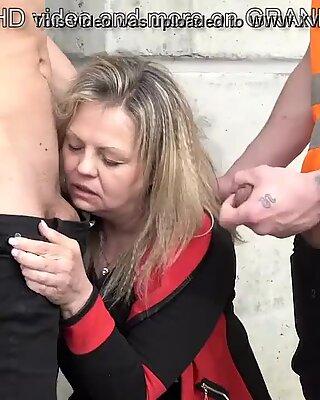 Esta puta vieja es tan Cachonda, ella chupa 2 trabajadores de la construcción a la vez.