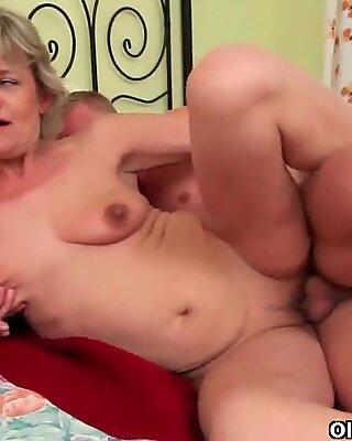 Vyhodit své spermie zatížení do úst Mamina