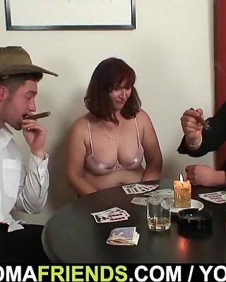 Starý Dámy v Pančušky Double Fucked na stole