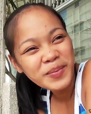 Dispettosa asiatico teenager has her fica stretta spalmata di sperma by turista