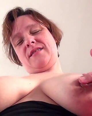 Любители Домохозяйка с отвищевым сиськами радует себя