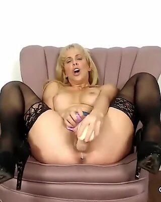Cherie deville Big Big Bummers Mummy Therbing и сосание фальшивого члена.