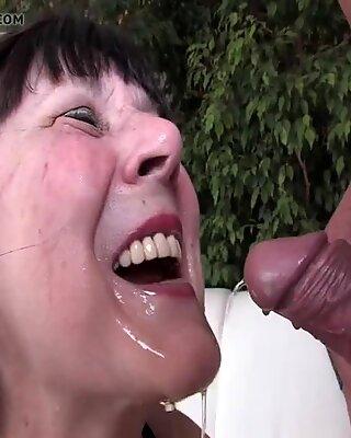 Бабуля любит золотой душ от xmilf.us