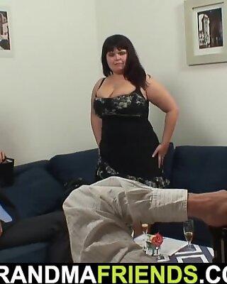 Des gros seins maman prend deux grandes bouchées à la fois