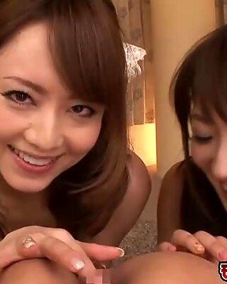Горячая японское втроём, где эти две озабоченная японское девушки получили свои пёзды быстро Трах