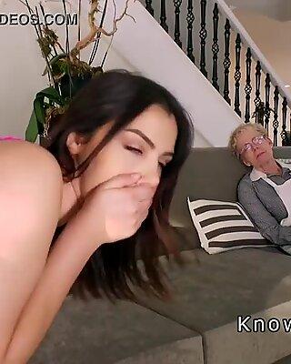 Tettona fidanzata chiavate accanto a sua nonna