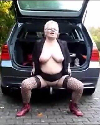 Wanita tua aktiviti luar bogel