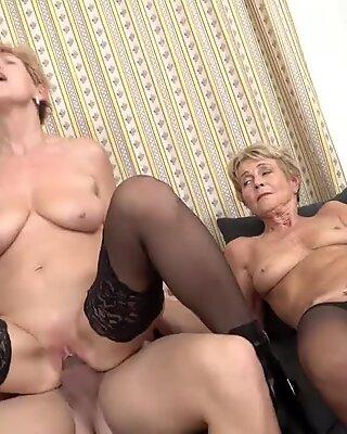 Két grannies, akik szexelnek a fiatal fiúrával