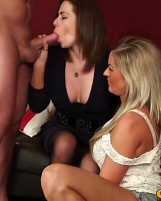 Облечени жени със съблеки мъже hottie чар холайс смучене пенис