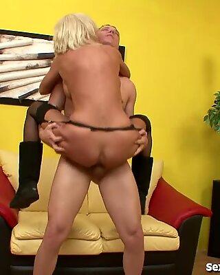 Горячие блондинки Милф трахает водопроводчик!