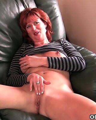 熟女红发母亲在沙发上自慰