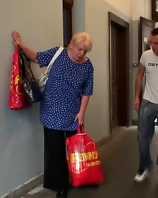 Той помага на Блондкински баба