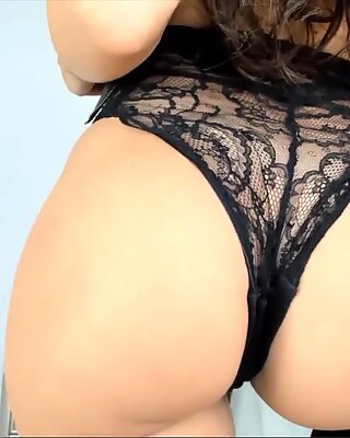 Long Hair Brunette shows her gorgeous butt to strangers live on cam