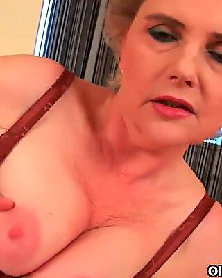 Бабушка с большими грудью и небритой игдой