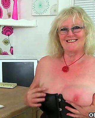 UK Gilf Claire Knight spuit haar kut sap op het bureau